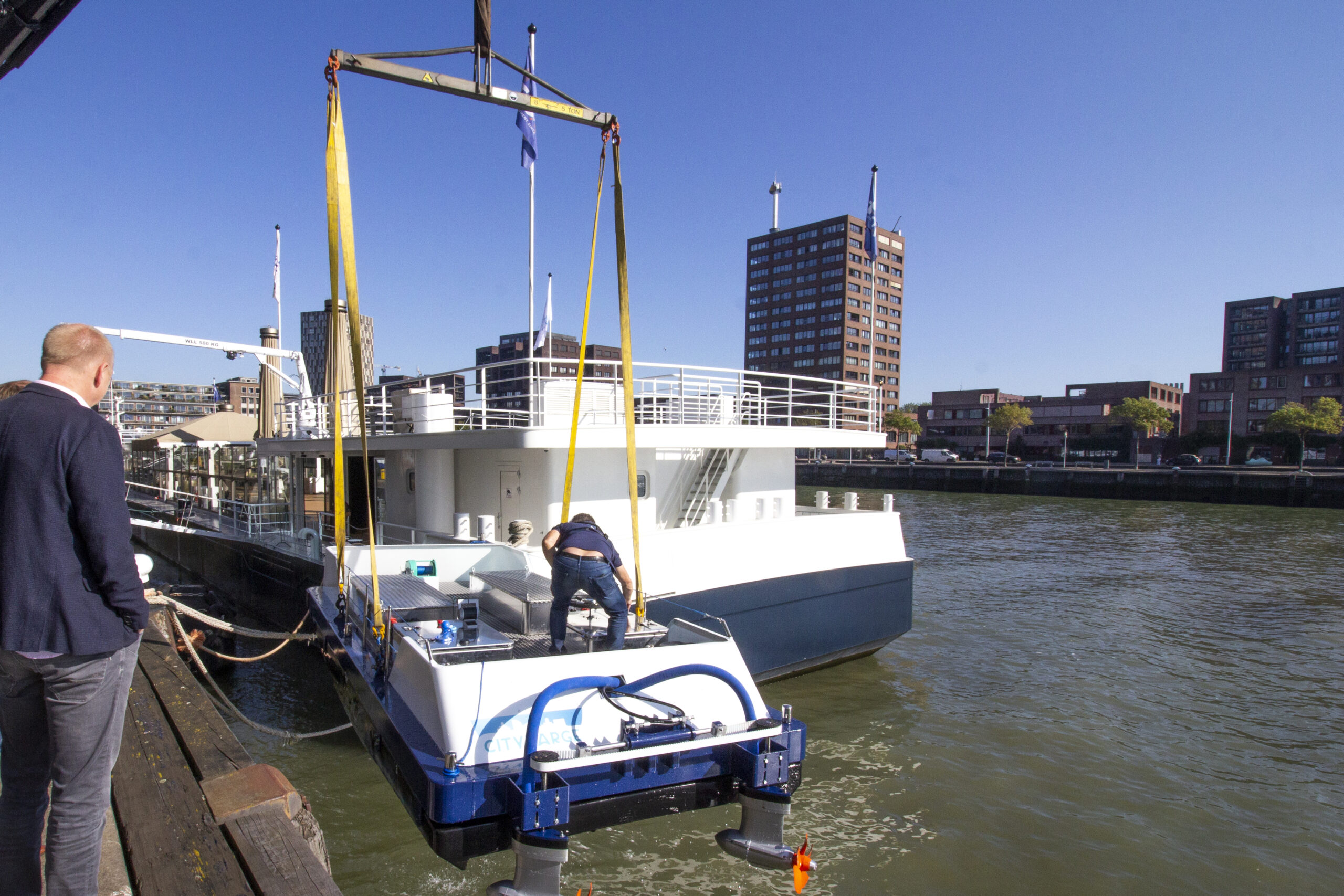 Boot wordt te water gelaten